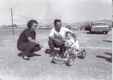 جلالة-الملك-الحسين-بن-طلال-وسمو-الأميرة-منى-الحسين-وسمو-الأمير-عبدالله-بن-الحسين-1963