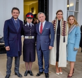 صورة-عائلية-بمناسبة-تخرج-سمو-الأميرة-سلمى-من-دورة-عسكرية-في-الأكاديمية-العسكرية-الملكية-ساندهيرست