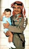 الملك-الحسين-بن-طلال-يحتضن-سمو-الأمير-عبدالله-بن-الحسين-عام-1964
