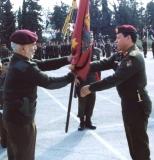 الملك-الحسين-يسلم-علم-القوات-الخاصة-إلى-سمو-الأمير-عبدالله-قائد-القوات-الخاصة