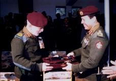 سمو-الأمير-عبدالله-برتبة-عقيد-في-القوات-الخاصة-يقدم-هدية-لجلالة-الملك-الحسين