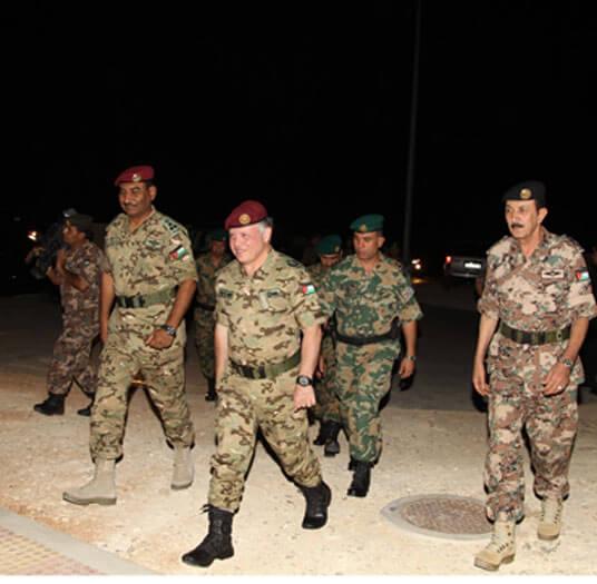 الملك عبد الله الثاني يتابع تدريب عسكري ليلي