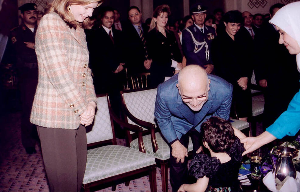 الملك الحسين بن طلال مع أطفال دار البر بالبراعم البريئة