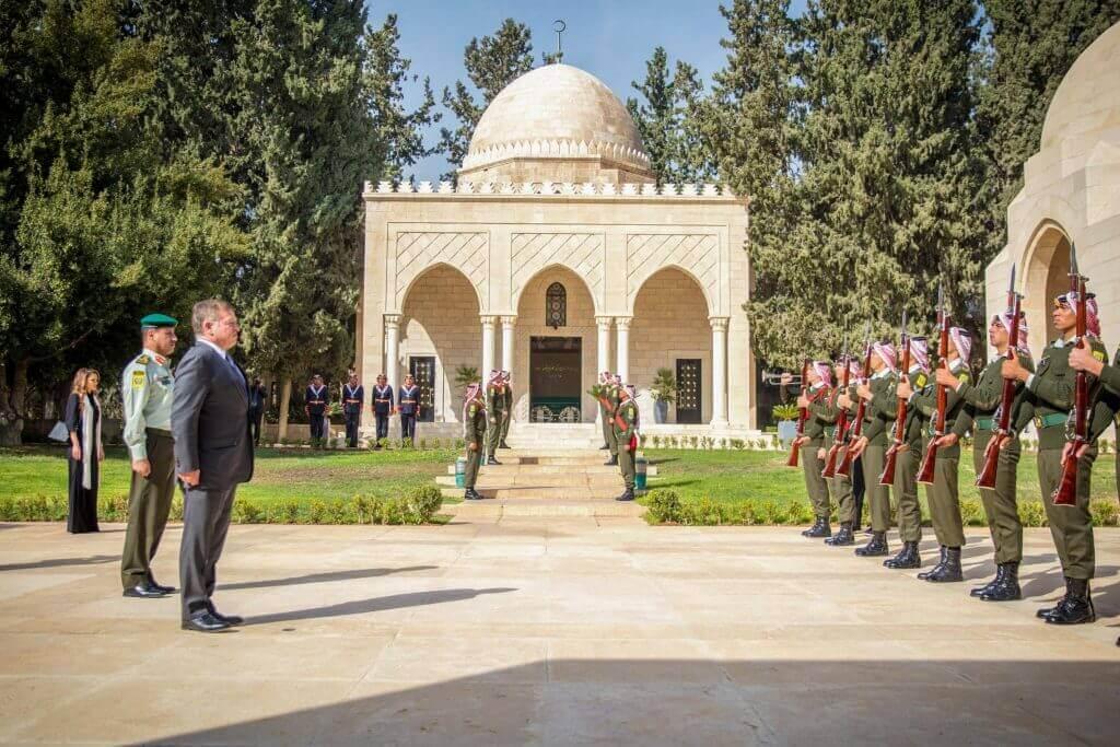 الملك عبد الله الثاني يزور الاضرحة الملكية